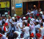 Enfrentamiento en la plaza consistorial para sacar una gran ikurriña de un portal