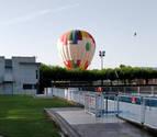 El aterrizaje por sorpresa de un globo en las piscinas de Mutilva