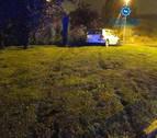 Un conductor se sale de la vía y abandona el vehículo en mitad de una rotonda