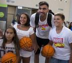Autógrafos en abundancia en la llegada de la selección española de baloncesto