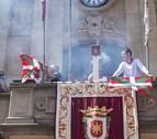Dos concejales de Bildu sacan la ikurriña al balcón consistorial en Estella