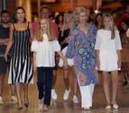 La reina Letizia, sus hijas y doña Sofía visitan el mercadillo de Pollença