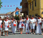 Las mujeres arropan a la Virgen del Rosario en Sartaguda