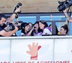 Burlatako Feministak y la Peña Aldabea anuncian en el balcón que no tiran el cohete