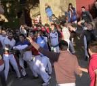 La cogida del callejón del tercer encierro de fiestas de Tafalla, en cinco pasos