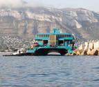 Un ferri de Baleària con cerca de 400 pasajeros encalla en la escollera del puerto de Dénia