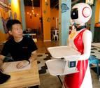 Mulán, la camarera robot que llama