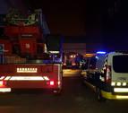Los bomberos sofocan un incendio en la empresa Koxka, en Landaben