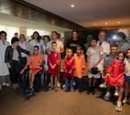 Osasuna entrega batas 'rojillas' a los niños hospitalizados en la CUN