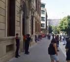 Ocho miembros de LAB, identificados tras encadenarse a la fachada del Parlamento
