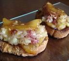 Tosta de puerro con manzana caramelizada