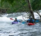 Kayaks en el Arga ante la suelta de 130.000 m3 de agua de Eugi en tres horas