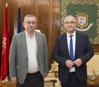 El alcalde de Pamplona recibe al director de Cáritas, Ángel iriarte