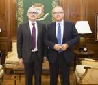 El alcalde de Pamplona recibe al Defensor del Pueblo de Navarra