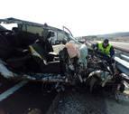 Un herido en la A-21 tras chocar un vehículo de la Cruz Roja con un camión