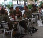 Polémica por la foto de militares armados tomando cervezas en Cataluña