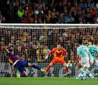 El olfato goleador de Suárez salva al Barça en la Champions