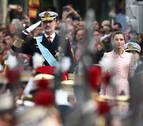 El incidente del paracaidista, los pitos a Sánchez y la voz de Arteta protagonizan el desfile