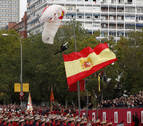 El paracaidista que descendía con la bandera en el desfile choca contra una farola