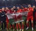 Celebración de Bale con una bandera que dice 'Gales, golf, Madrid, en ese orden'