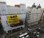 Greenpeace coloca una gran pancarta en Gran Vía para criticar el consumo