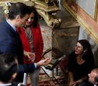 La socialista Adriana Lastra se tropieza y cae al suelo cuando iba a votar