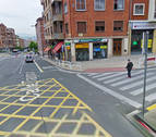 Una joven herida leve tras una colisión de un coche y su moto en Pamplona