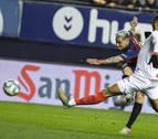 Osasuna se repone a un 0-1 y aguanta el empate al Sevilla con diez