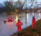Rescatado en Pamplona cuando intentaba circular por una zona inundada