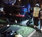 Vuelca un coche en la Plaza Príncipe de Viana y otro arranca un semáforo
