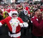 Centenares de Papá Noel y otros personajes navideños en el Santacon de Nueva York