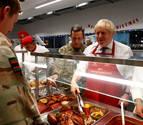 Boris Johnson visita a sus tropas en Estonia y les sirve comida prenavideña