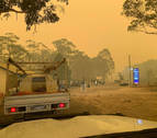 Los incendios acorralan a miles de personas en playas de Australia