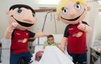 Jugadores y jugadoras del C.A. Osasuna visitan a los niños ingresados en el CHN
