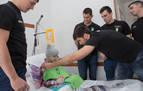 Jugadores del Helvetia Anaitasuna visitan a los niños ingresados en el CHN