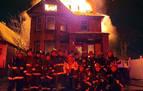 La foto de un grupo de bomberos ante una casa en llamas en EE UU se hace viral