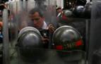Guaidó burla el bloqueo 'chavista' al Parlamento y toma posesión en la Asamblea