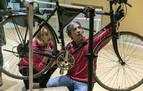 El taller 'Bizitxoko', en el Museo de Educación Ambiental, enseña a reparar bicicletas