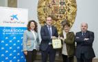 CaixaBank entrega al Ayuntamiento de Pamplona cuatro desfibriladores