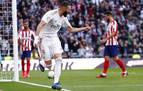 Benzema castiga a un Atlético lastrado