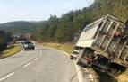 La salida de vía de un camión altera el tráfico de la N-135 en Zubiri