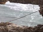 El fuerte oleaje abre un socavón en el muro del puerto de Zarautz