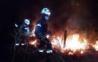Los bomberos intervienen en un incendio en el monte Bagordi