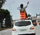 Denunciado por circular sentado en un tobogán en el techo de un coche