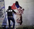 Diario de Navarra acompaña a LKN en la realización de su último grafiti sobre Osasuna