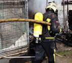 Arden tres casetas de huerta en Olaz