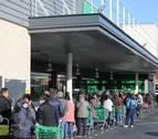Largas colas para entrar a los supermercados este sábado