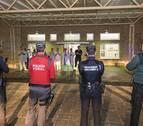 Policías y sanitarios se aplauden en el hospital García Orcoyen