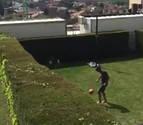 Ingenio rojillo en la cuarentena: Navas y Mérida juegan de jardín a jardín sin verse