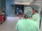 Ovación para el primer paciente con coronavirus en salir de la UCI del CHN